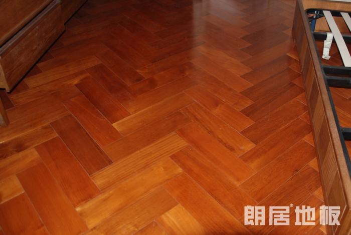 木地板已成为最主要的装修用材,很多家庭都会用到木地板。本期,朗居地板的小编跟大家介绍木地板的铺装方法。主要有:人字铺,工字铺,田字铺,斜铺等。铺装的类型不同,出来的效果也不同。  工字铺 也叫砌砖式铺装。安装好第一排地板,安装第二排第一块时,以该片地板的中点为起点铺装。工字铺出来的效果美观大方,因此也是最常见的一种铺装方法。   步步高 步步高的铺法有点像楼梯的阶梯,一级级递增。这种铺法有点类似工字铺,不同的是,工字铺是以地板中心为起点,而步步高的起点则比较随意。需要每一排的起点距离相同,才有一级比一级递